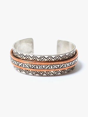Indian Jewelry(インディアンジュエリー)/ WYLIE SECATERO BANGLE